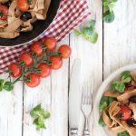 Nudeln und Tomaten in einer Pfanne zubereitet