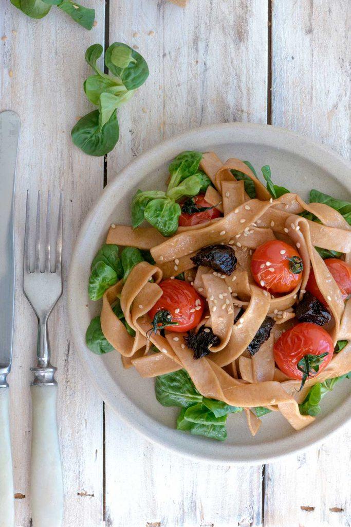 Pasta mit geschmorten Tomaten zum essen