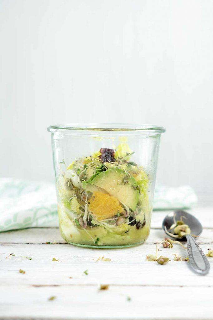 Salat im Glas mit Löffel
