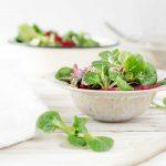 Salat in Schüssel auf Tisch