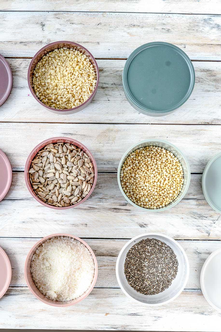 Nüsse und Samen in kleinen Dosen