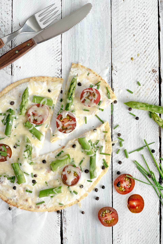 überbackener Tortilla mit Käse und Besteck