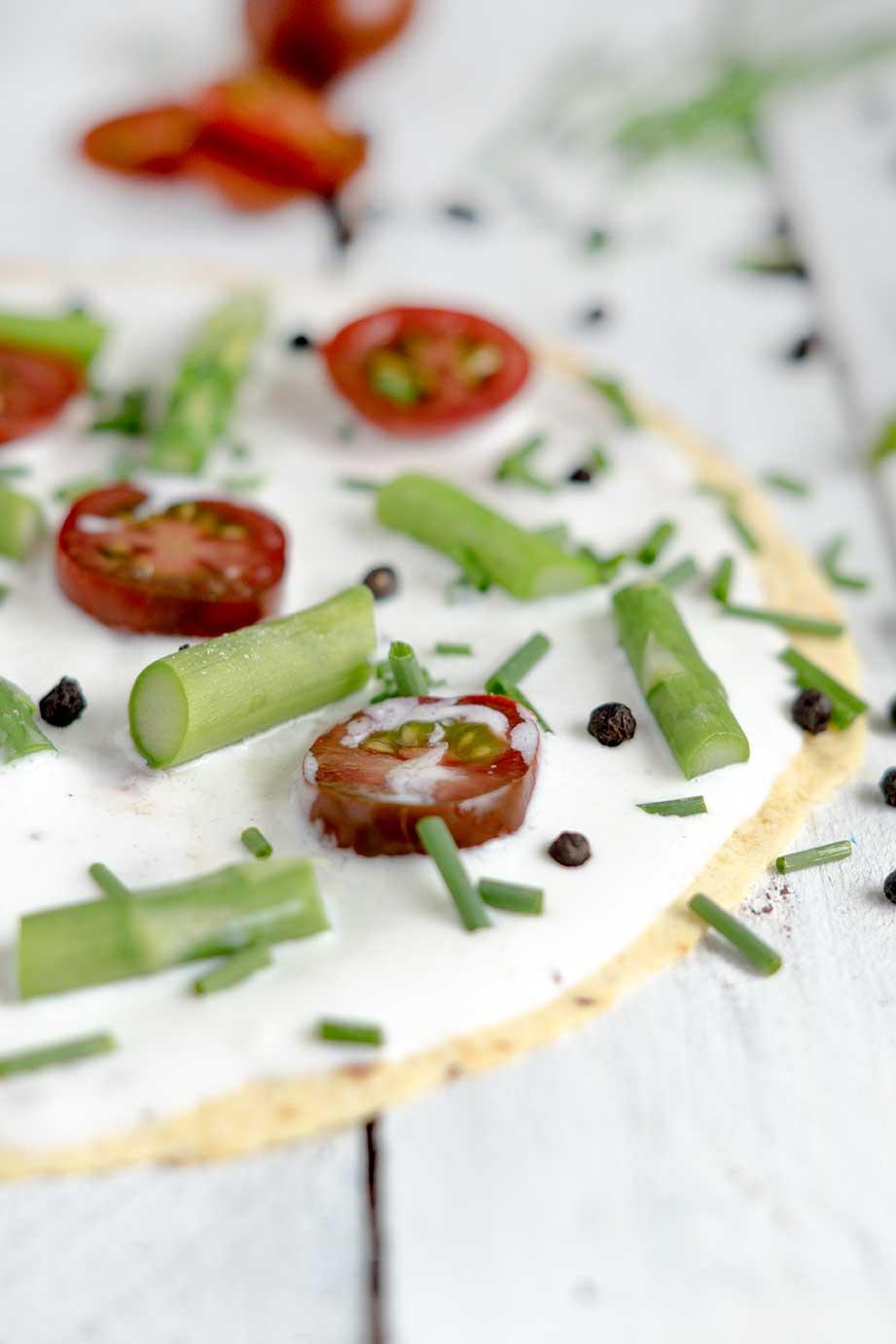 Tortilla mit Tomaten und Spargel überbacken