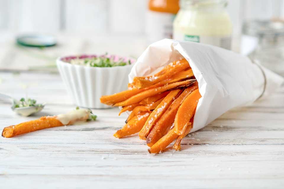 Süßkartoffelpommes in einer Tüte