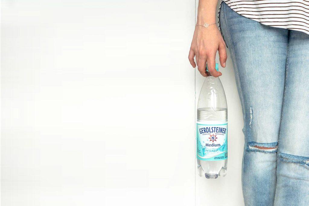 Wasserflasche in der Hand