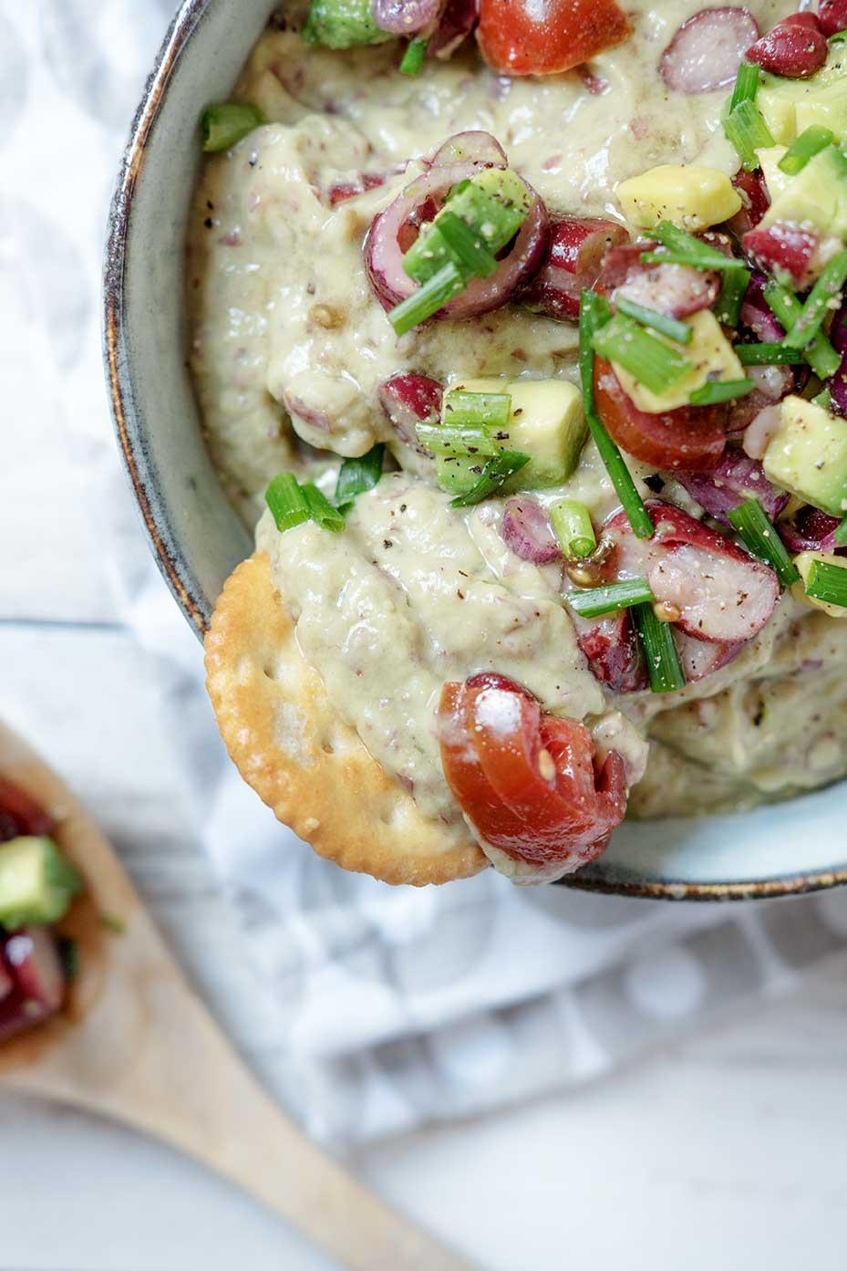 Salat und Avocado Dip in einer Schüssel