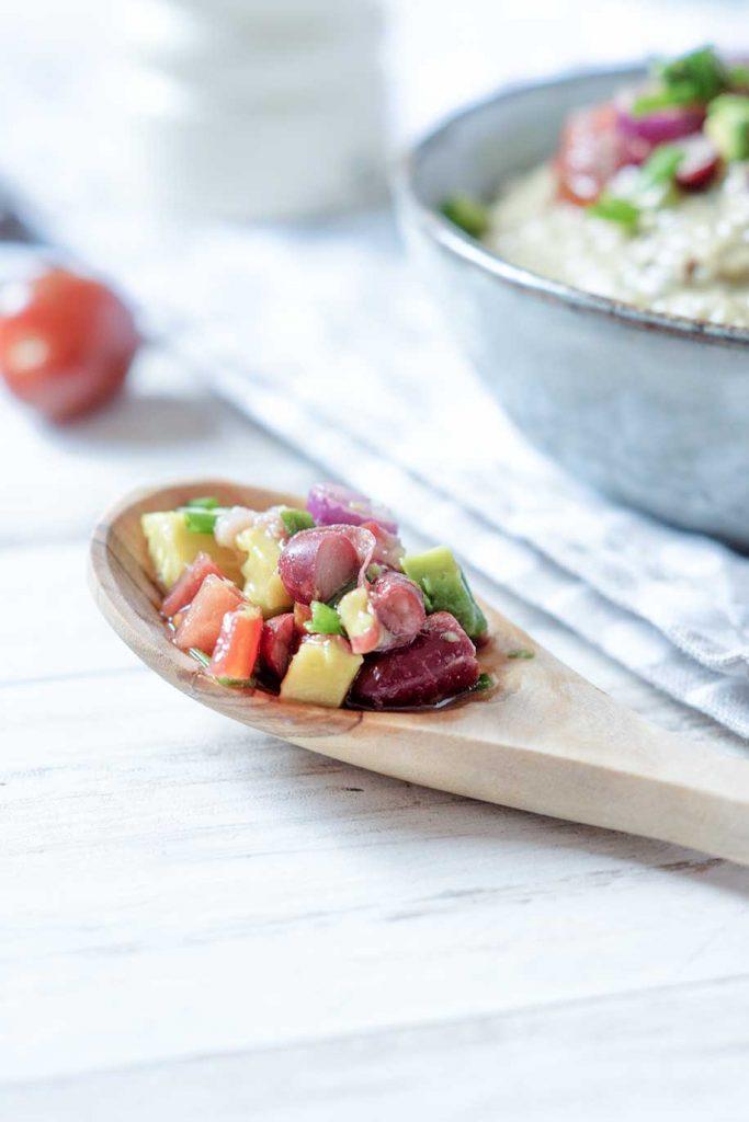 Avocado Salat auf Holzlöffel