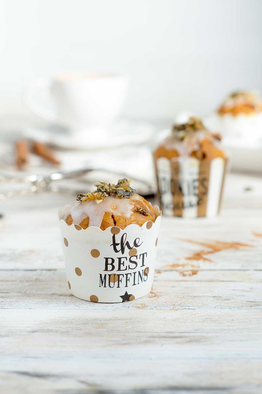 Muffins auf dem Holztisch