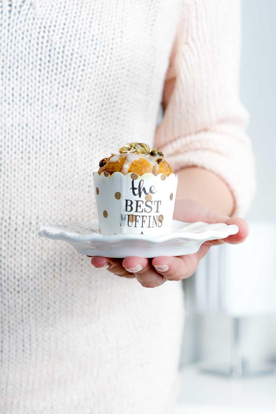 Muffin auf Teller in der Hand