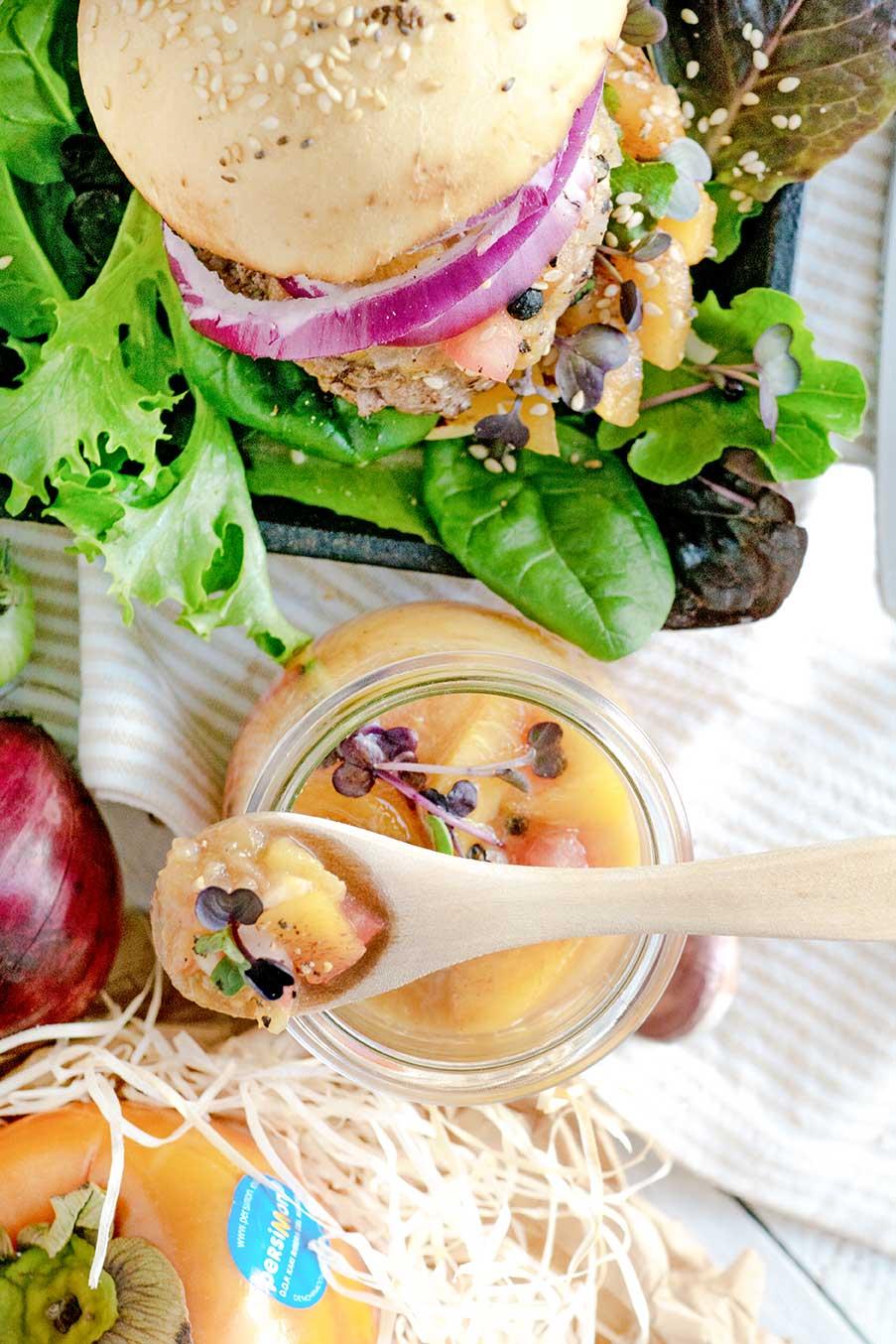 Chutney, Burger und Holzlöffel mit Glas
