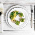 Wirsing und überbackener Fisch mit Kräuterkruste auf dem Teller