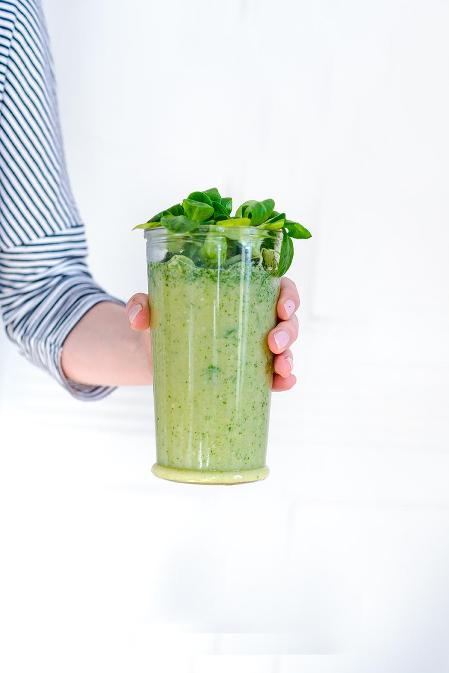 Grüner Smoothie in der Hand