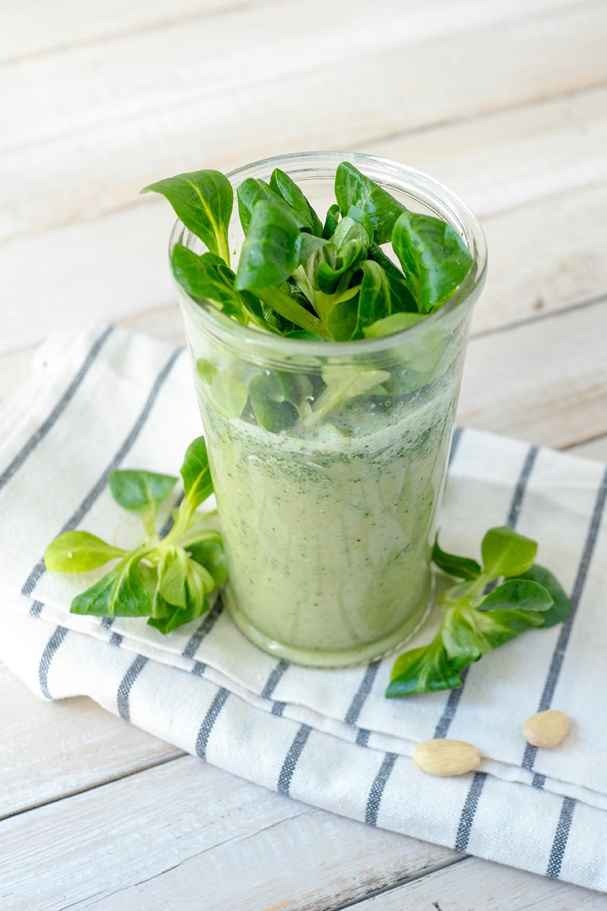 Grüner Salat in einem Becher