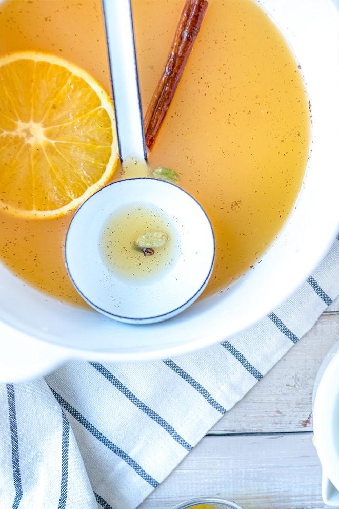 Orangenpunsch in einem Topf