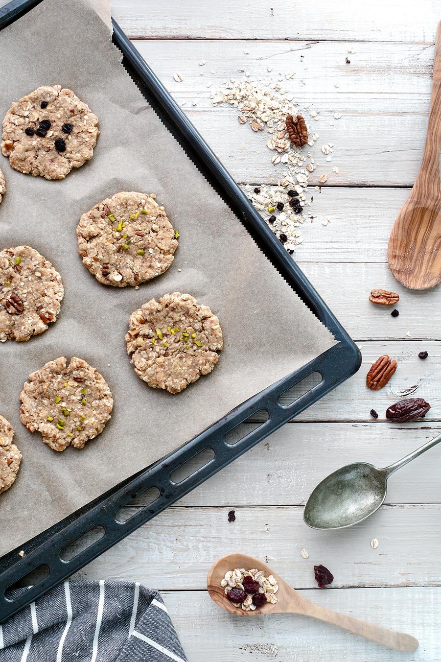 Cookies aus Haferflocken auf einem Backblech