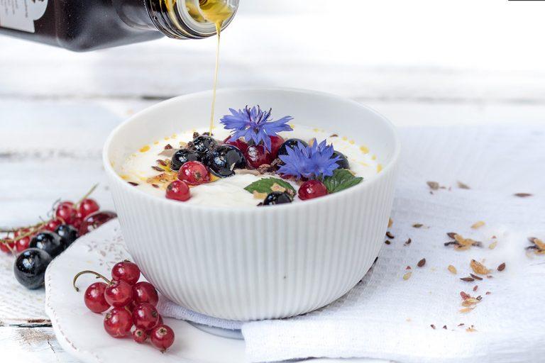 Öl wird in Joghurt gegossen