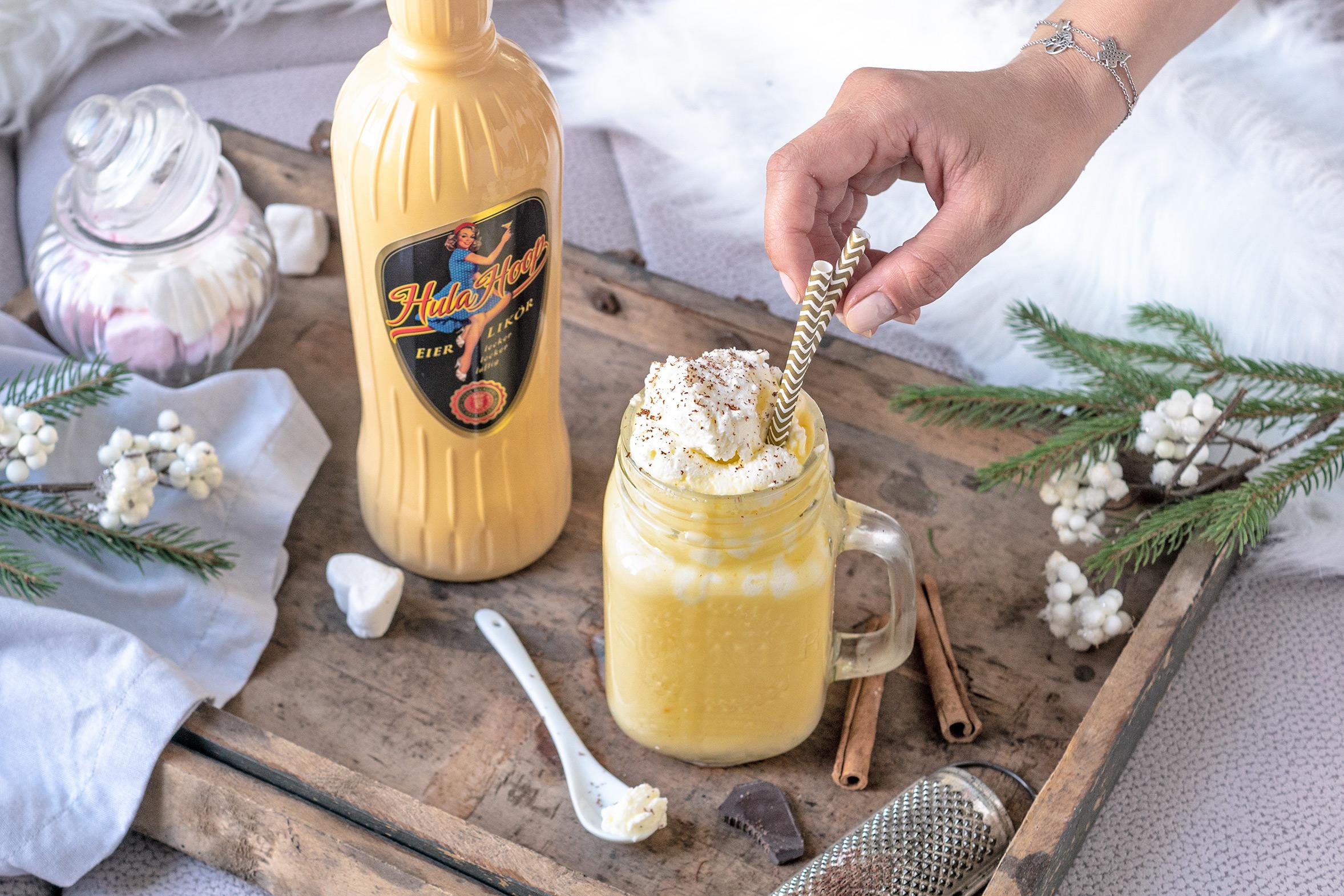 Eggnog mit Sahne und Zimt im Glas