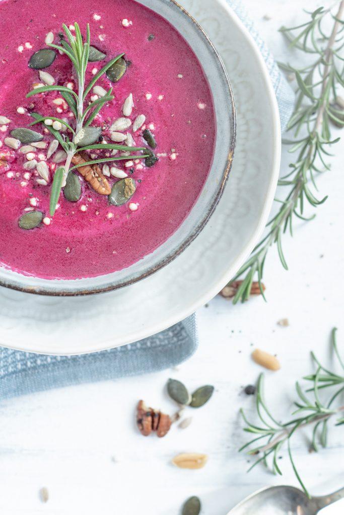 Rote Beete Suppe in Schüssel mit Nüssen