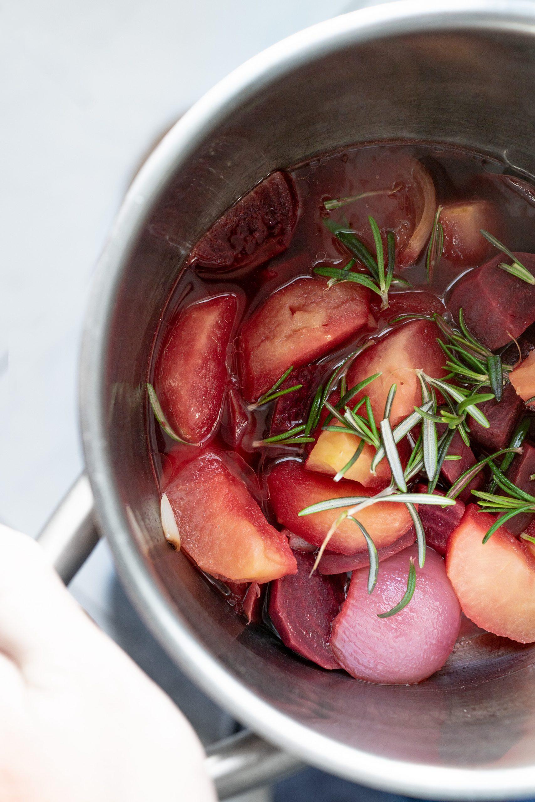 Rote Beete, Apfel und Rosmarin in einem Topf gekocht