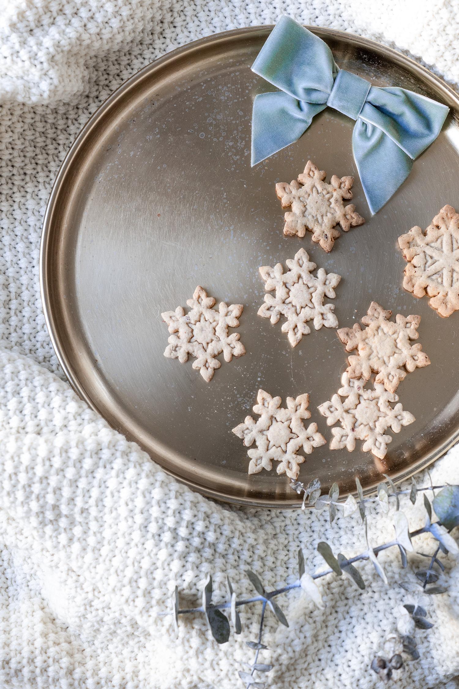 Spekulatius Kekse auf einem Tablett