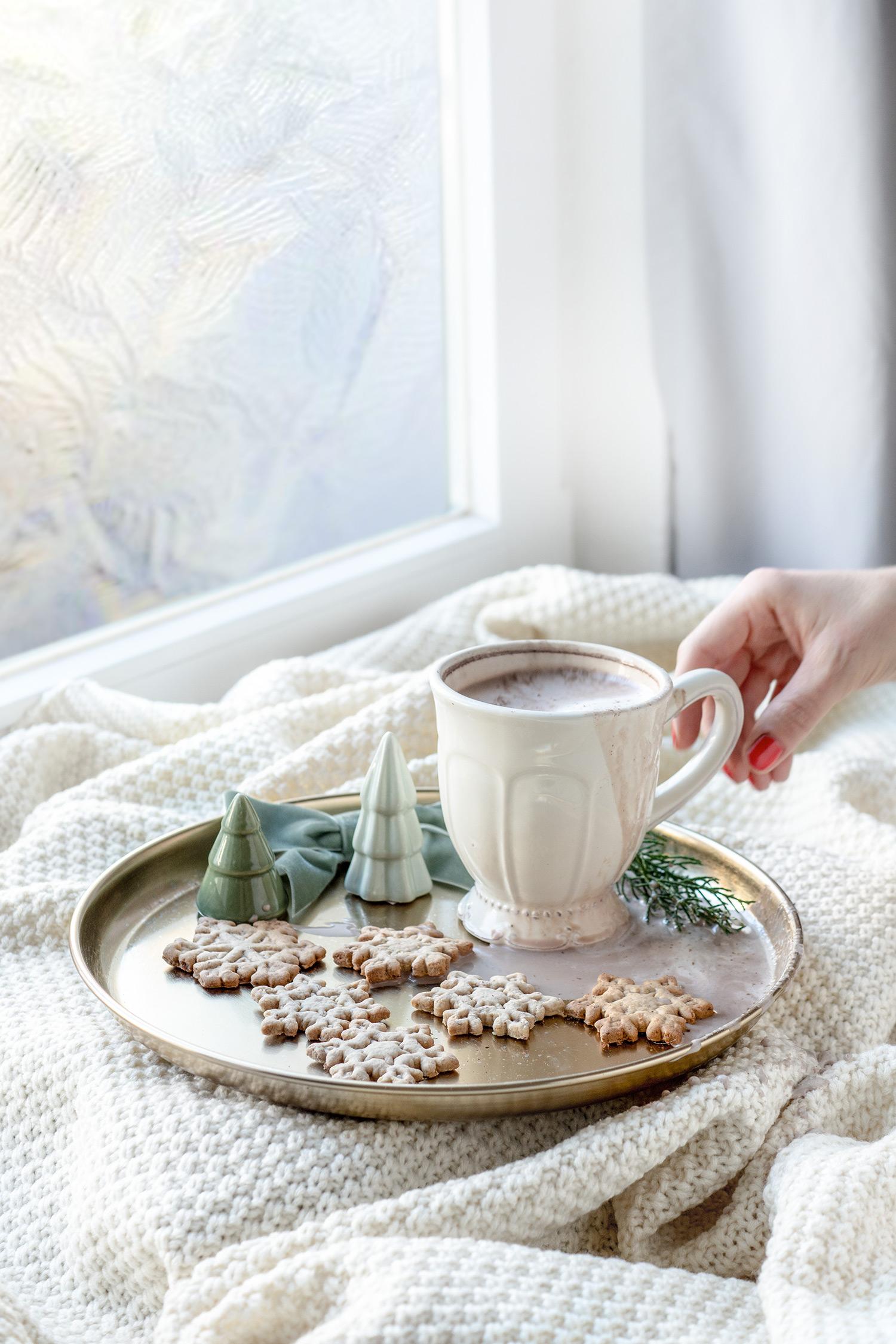 Kekse mit einer Tasse Schokolade