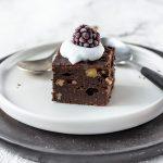 Brownies ohne Zucker mit Sahne und Beere