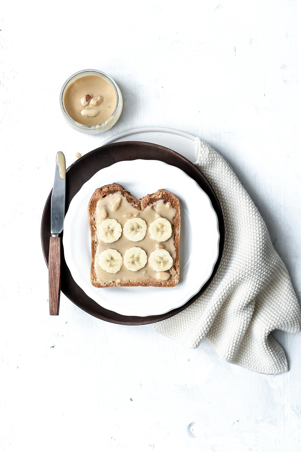 Brot mit Banane und Erdnussbutter auf einem Teller