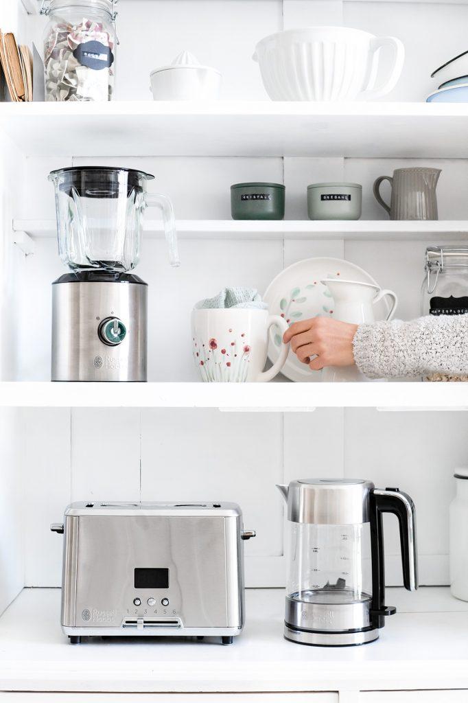 Küchengeräte im Schrank