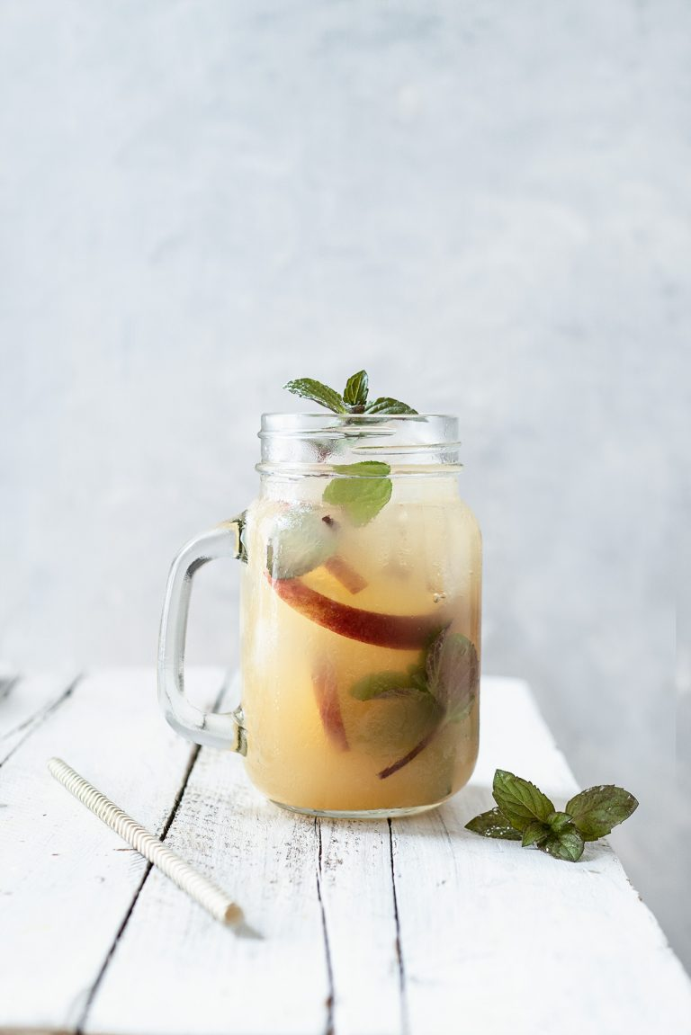 Minze in Apfelerfrischungsgetränk mit Minze und Eiswürfeln