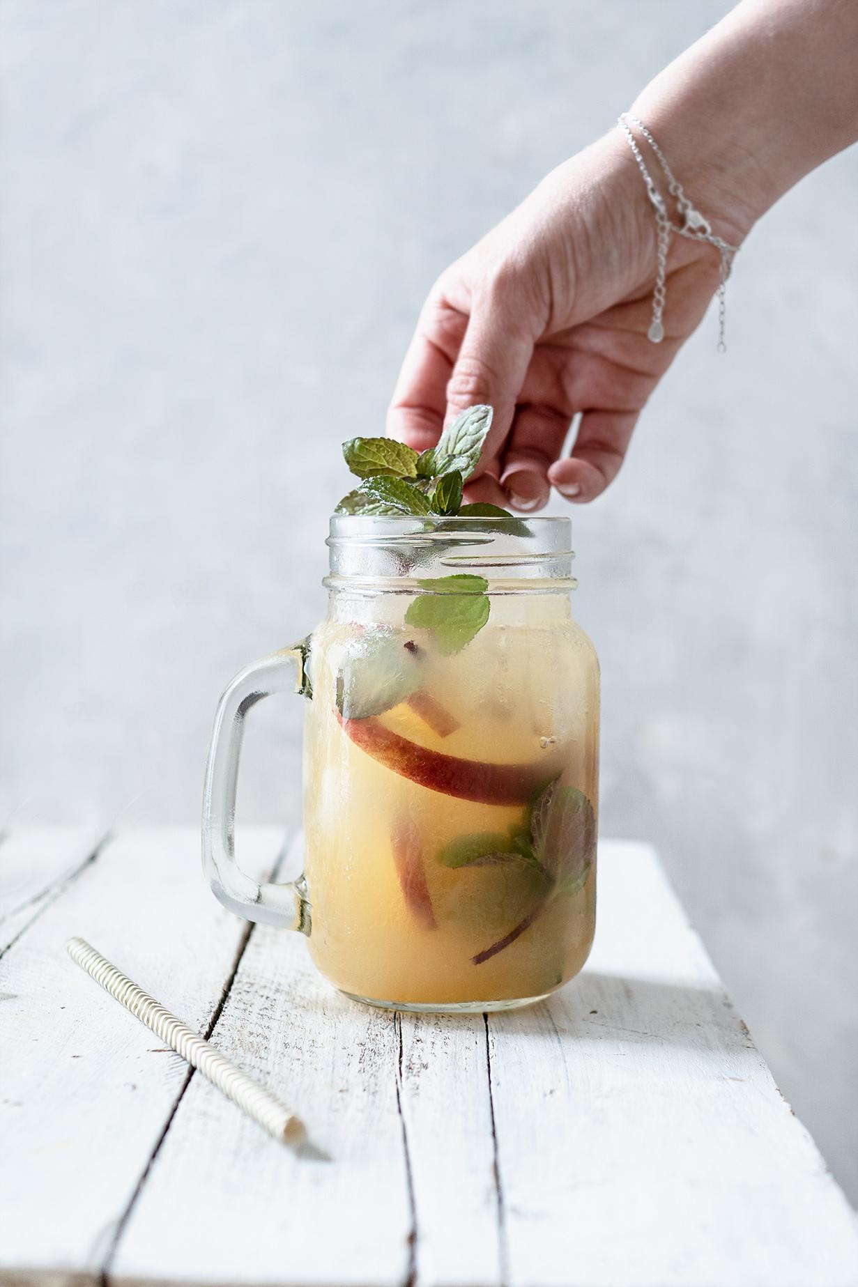 Minze in Apfelerfrischungsgetränk geben
