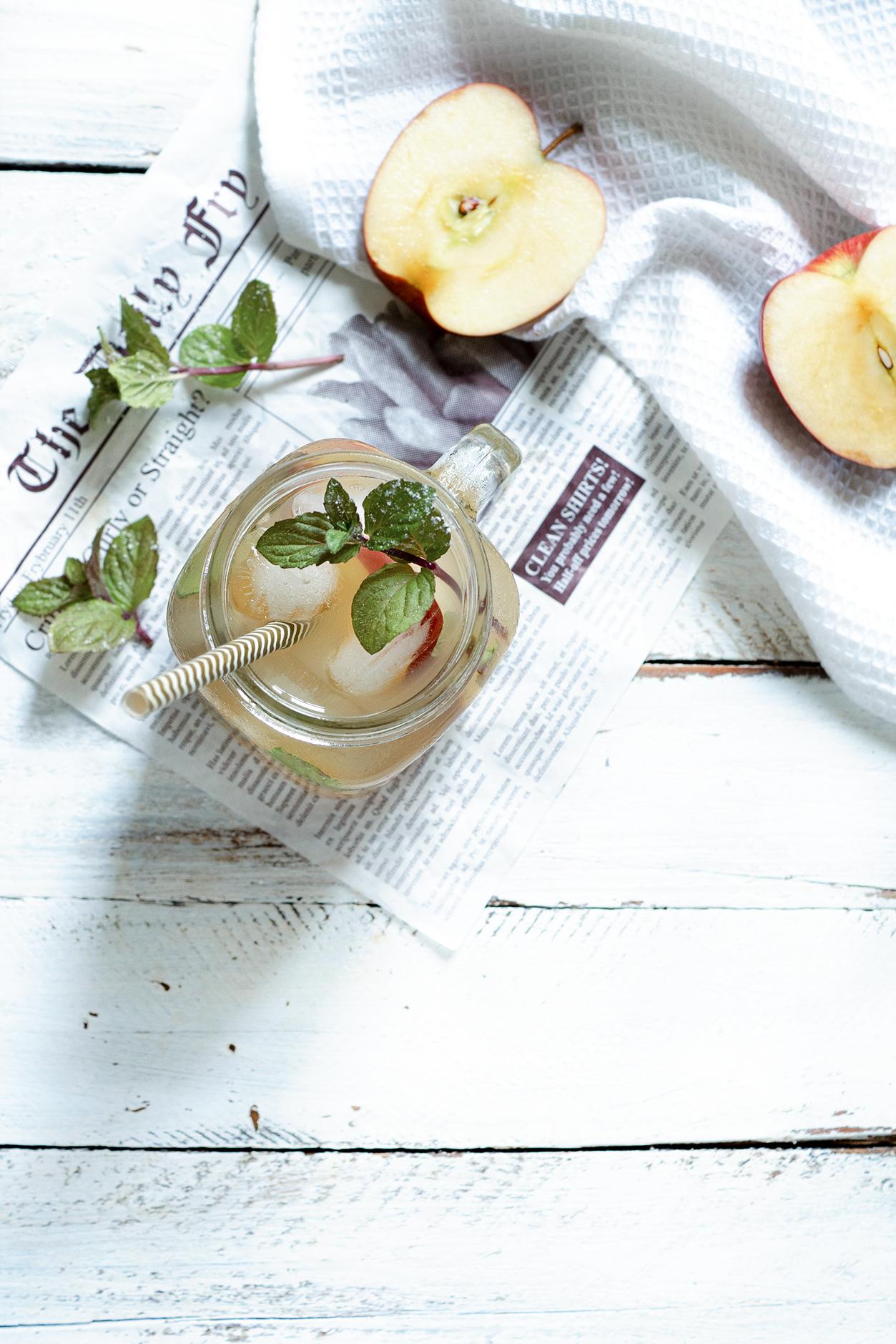 Erfrischungsgetränk mit Apfel und Minze
