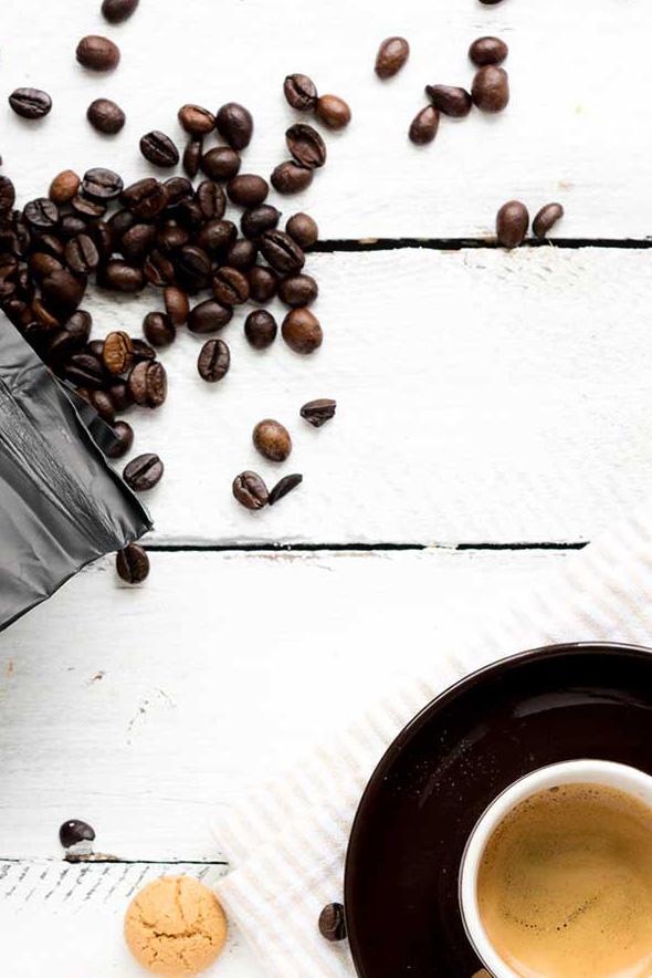 Kaffeebohne auf dem Tisch