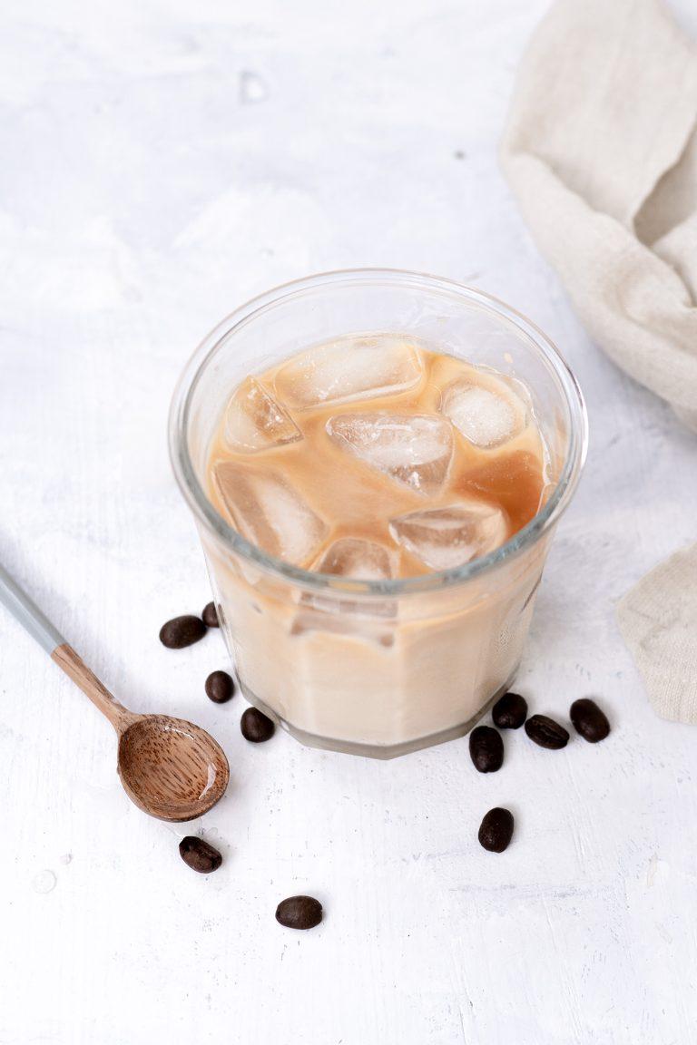 Eiskaffee in einem Glas mit Eiswürfeln