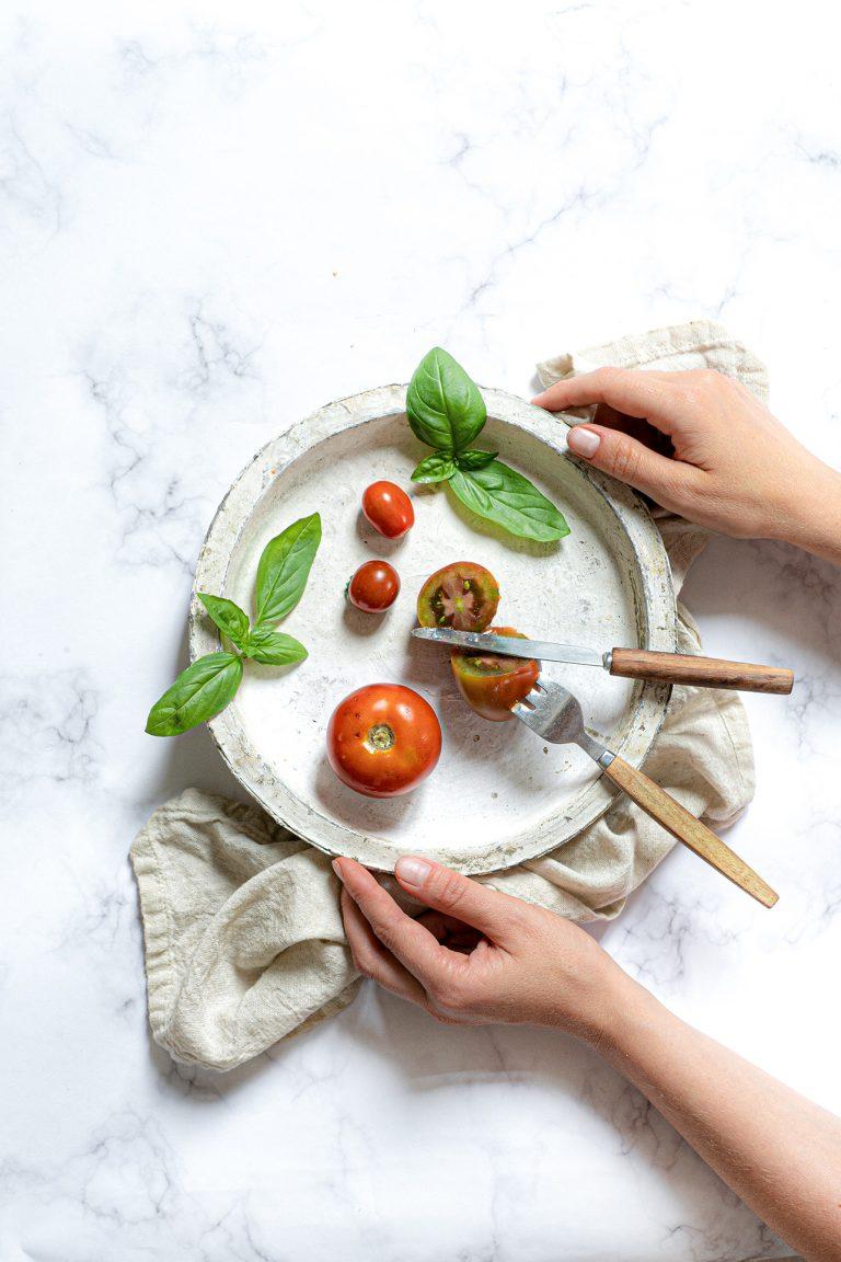 Tomaten mit Basilikum auf einem Teller