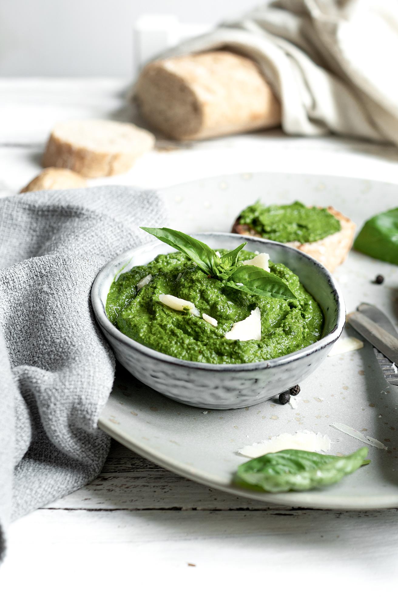 Grünes Pesto in einer Schale