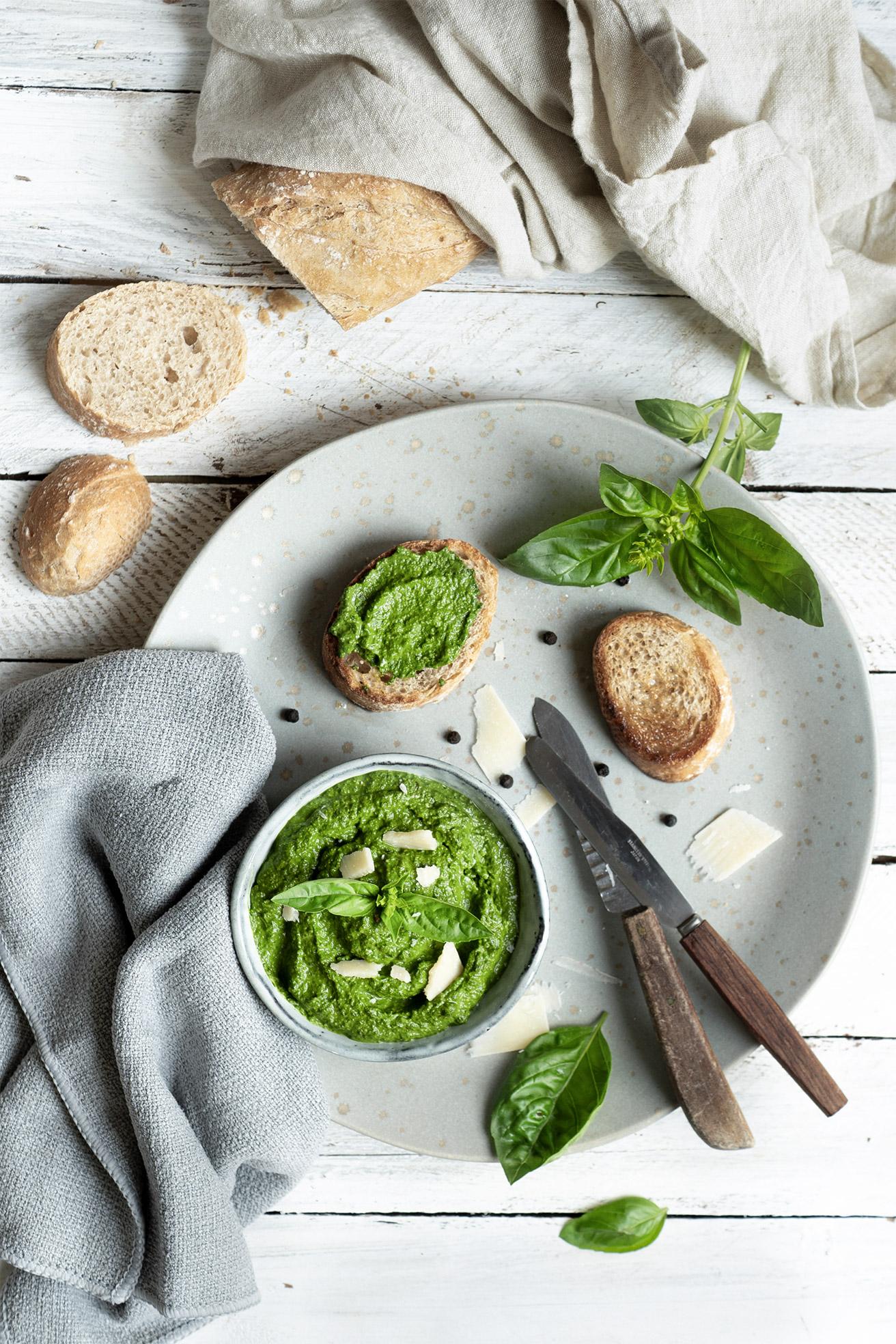 Pesto in der Schale mit Brot serviert