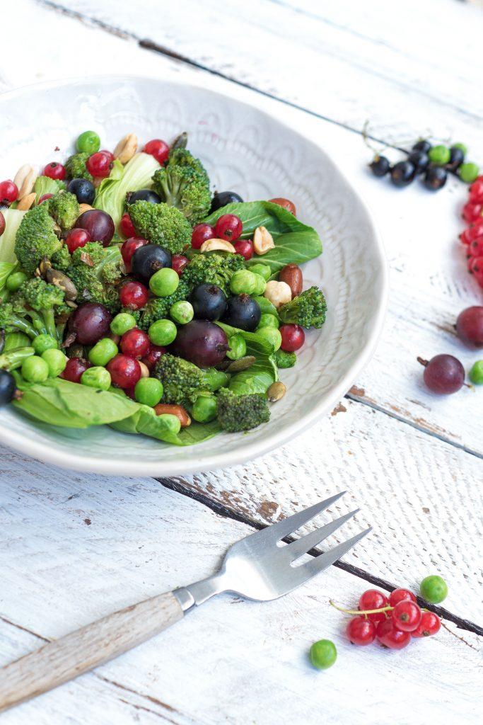 Bunter Salat mit Gabel auf dem Tisch
