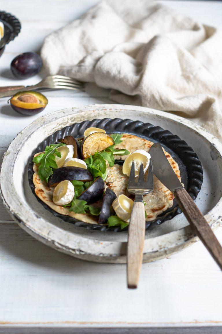 Pfannkuchen belegt mit Käse, Salat und Pflaumen