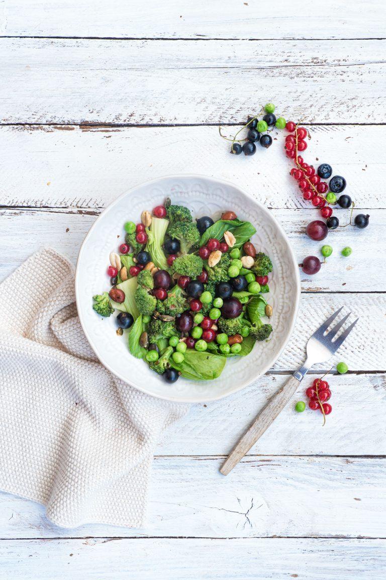 Bunter Salat in einer Schüssel zum essen