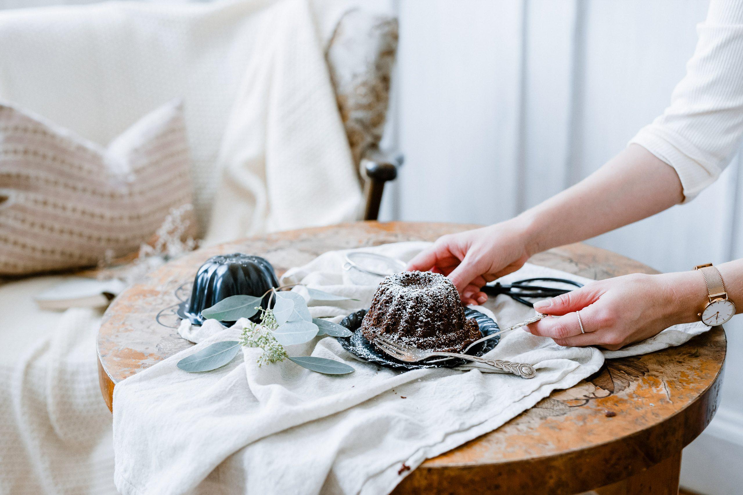 Ein Kuchen wird auf den Tisch gestellt