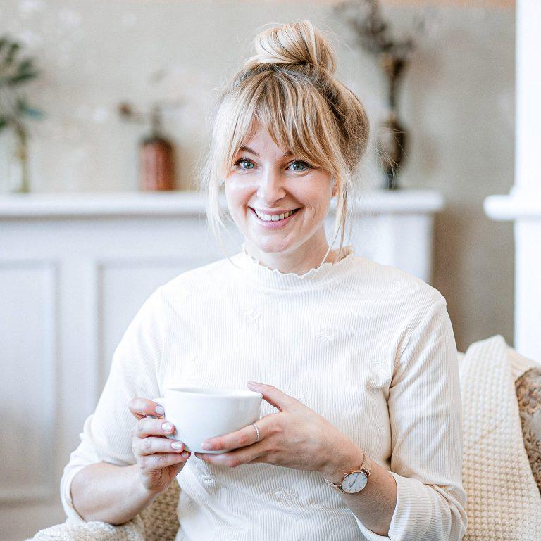 Foodbloggerin mit Kaffee in der Hand