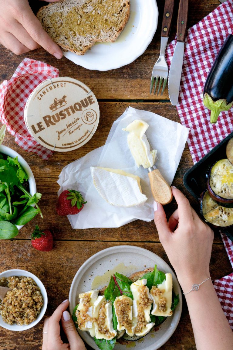 Brotzeit auf einem Tisch mit Käse