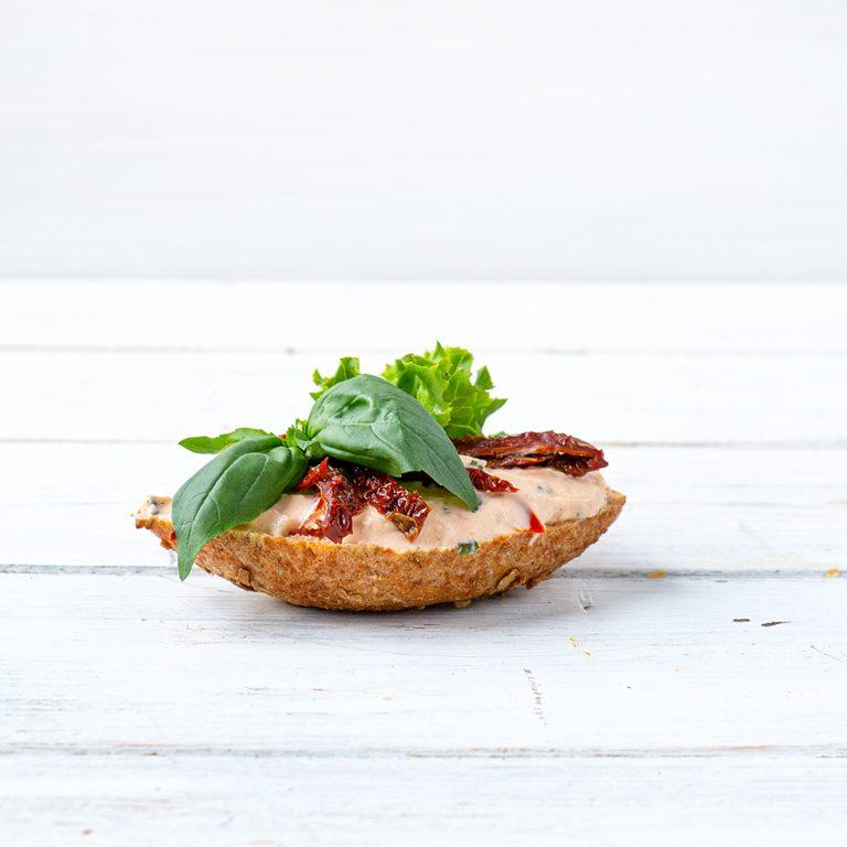 Belegtes Brötchen mit Tomaten und Basilikum