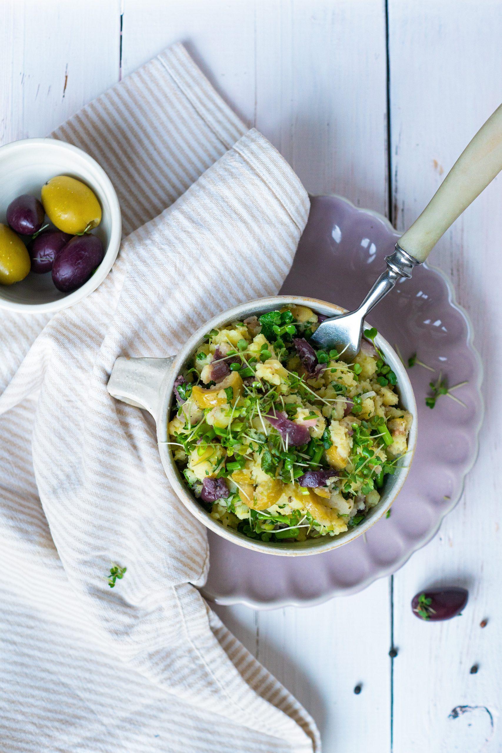 Kartoffelsalat einfach schnell in einer Schüssel mit Gabel