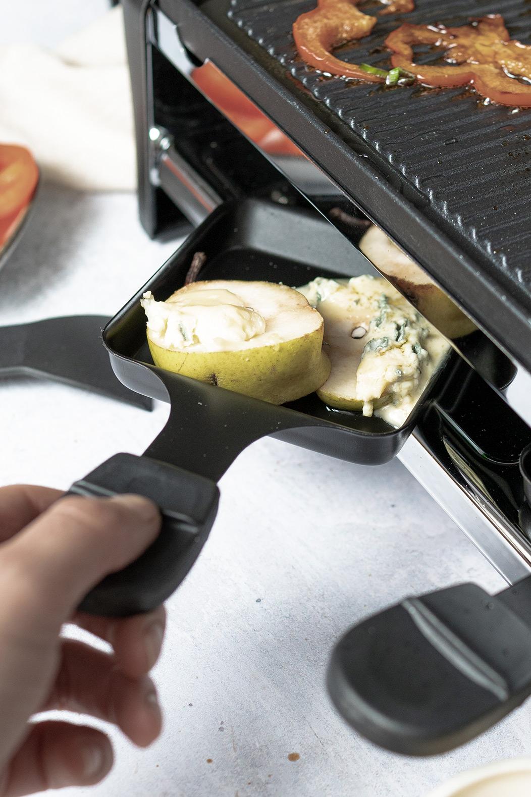 Raclette Pfanne mit Birne und Käse überbacken