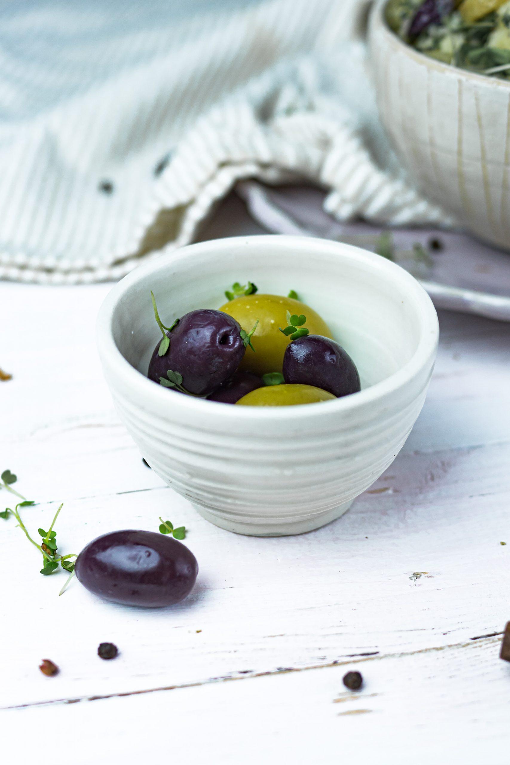 Grüne und schwarze Oliven im Schälchen