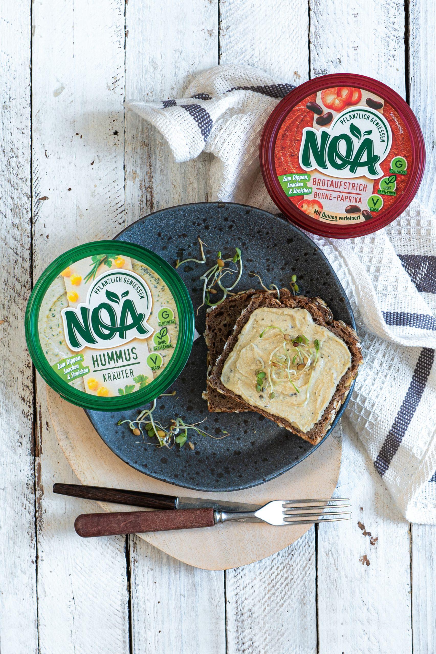 Pflanzliche Brotaufstriche von NOA auf einem Brot