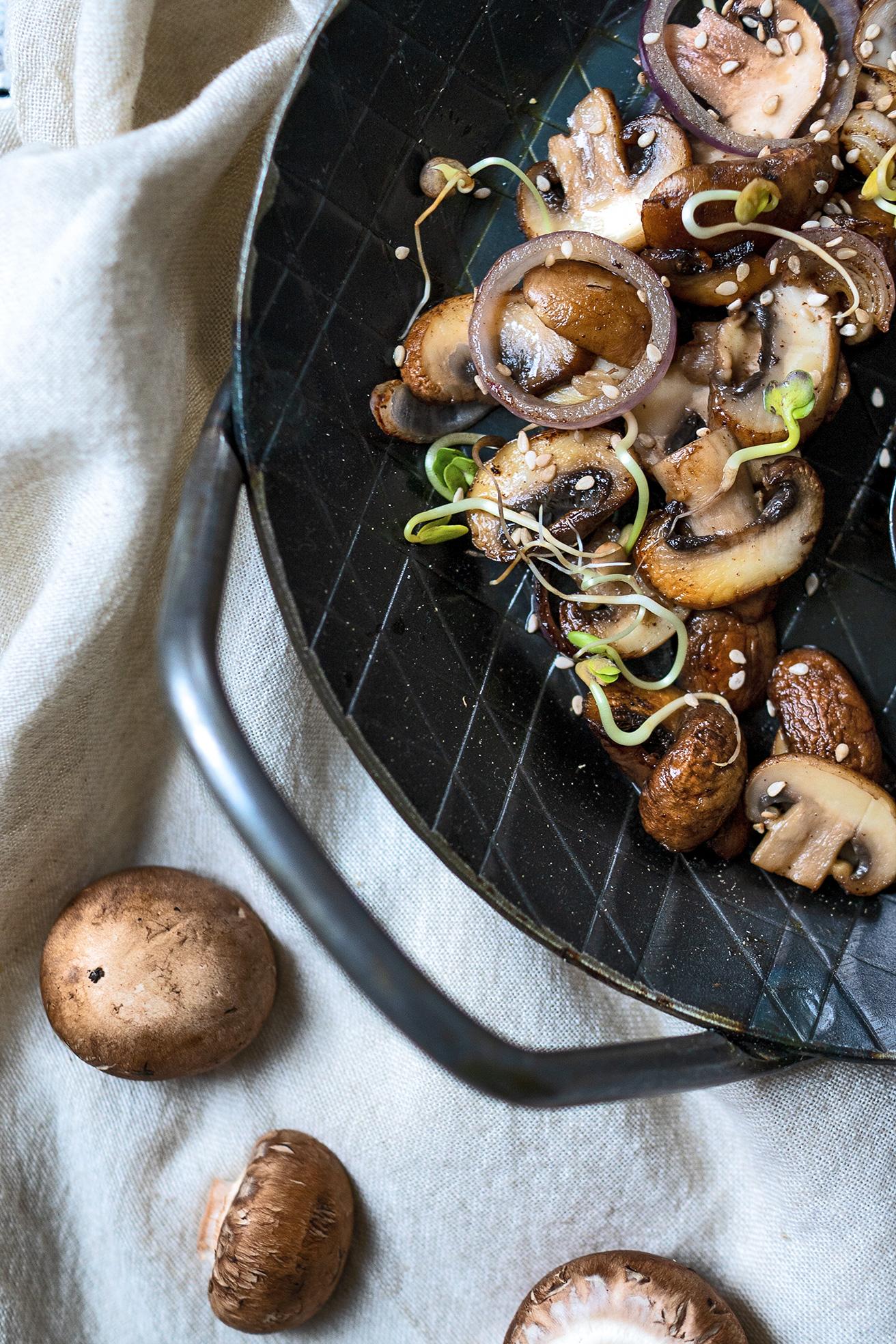 Pilze gebraten in einer Pfanne