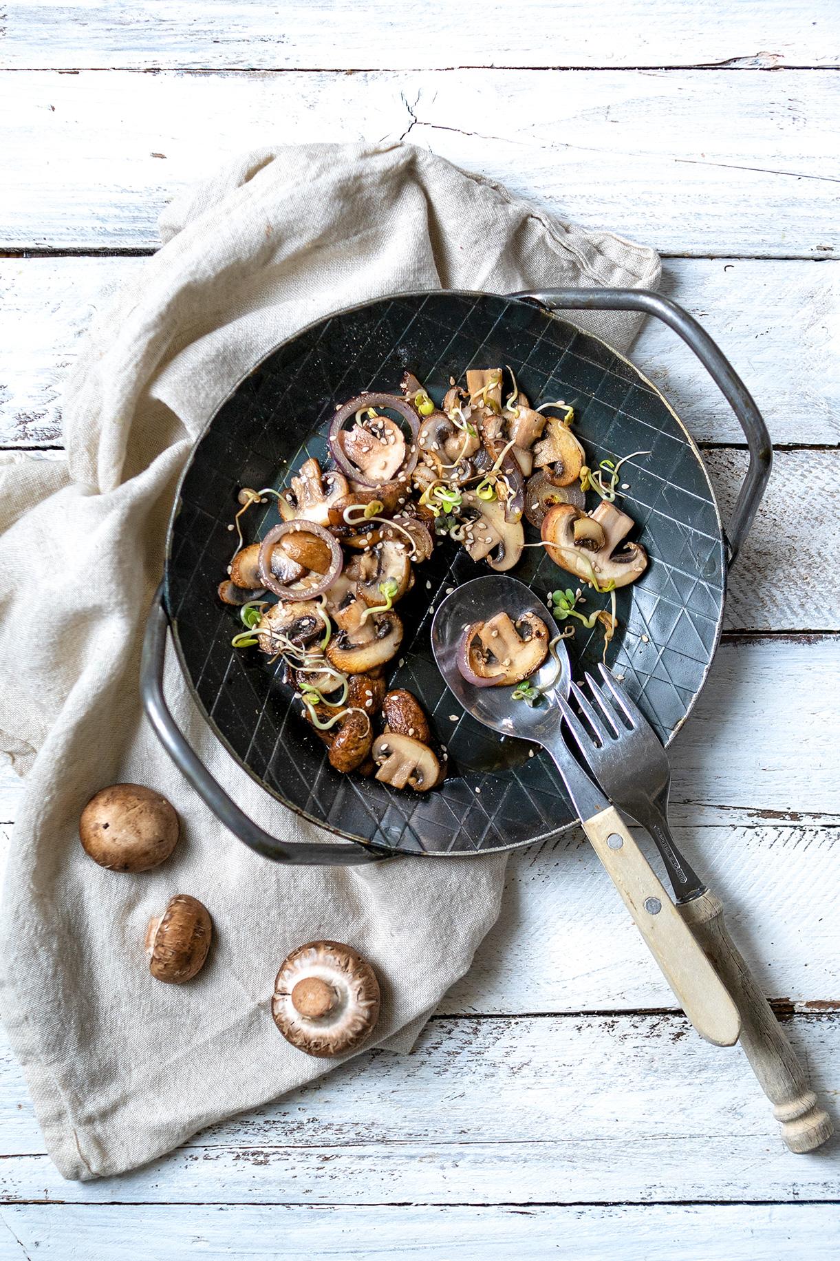 Pilzpfanne mit Zwiebeln mit Besteck