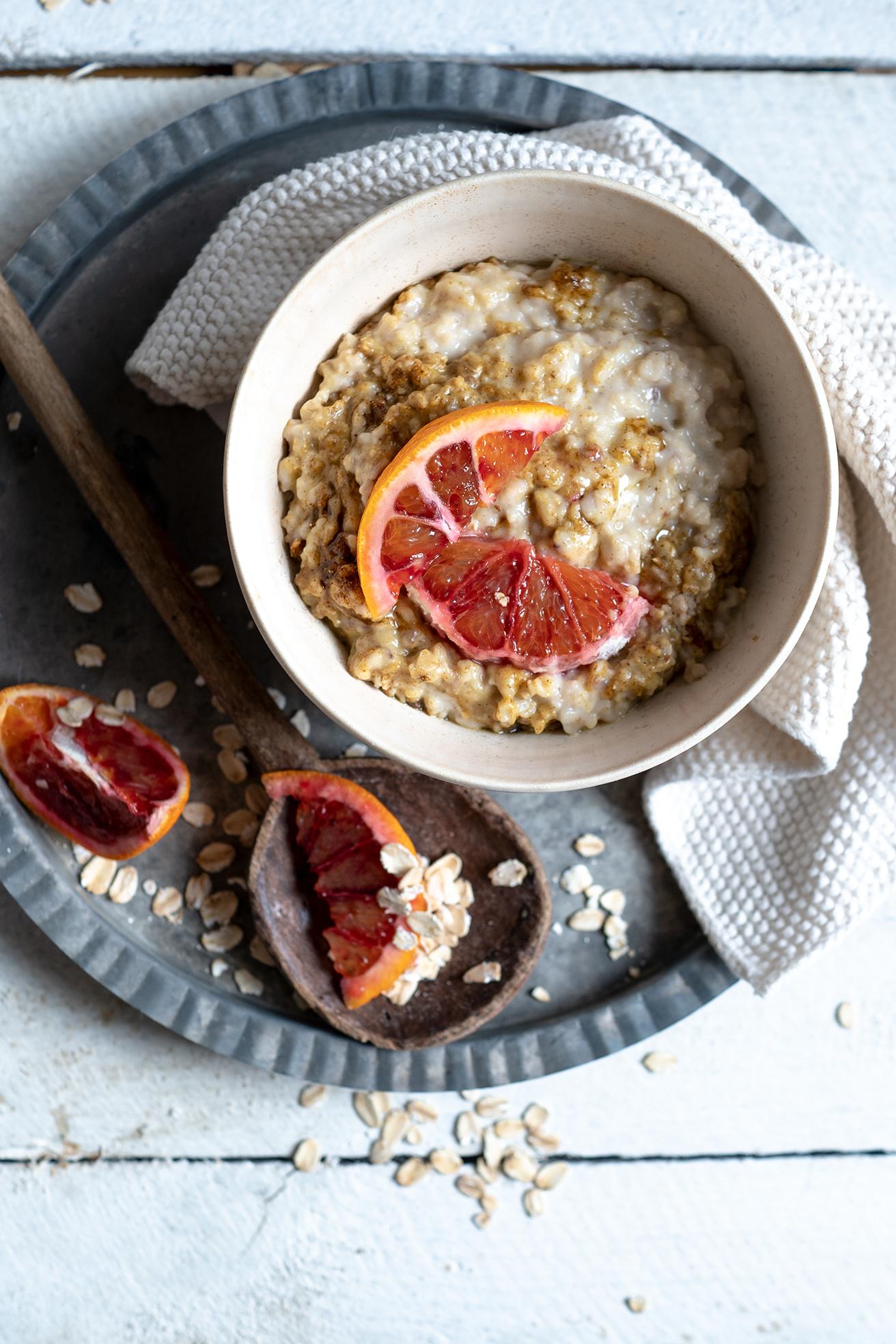 Porridge mit Orangen auf dem Teller